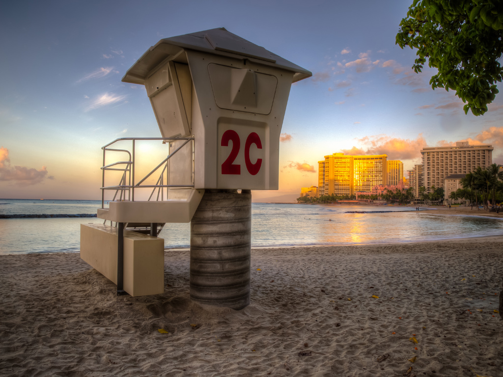 Lifeguard-tower-Honolulu-Hawaii-Sunrise
